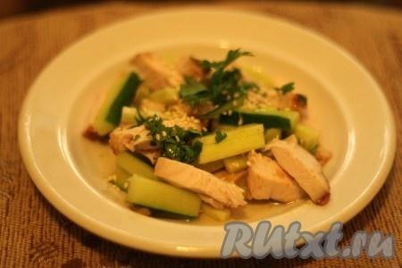 Заправить салат из куриного филе с огурцом, а при подаче посыпать кунжутом.