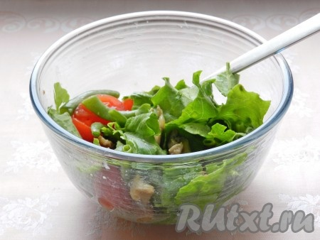 Заправить салат заправкой, перемешать.