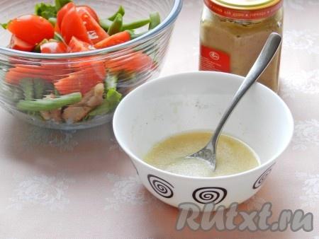 Для заправки смешать оливковое масло, лимонный сок, горчицу, немного соли и перца.