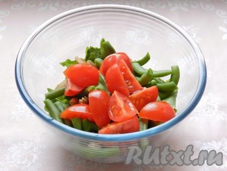 Помидоры черри нарезать на четвертинки и добавить в салат.