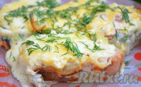 Выложить на тарелку с любимым гарниром. Посыпать зеленью. Вкусная горбуша, запеченная в духовке в сметанном соусе, обязательно вам понравится.