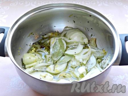 Затем добавить лук, цедру, лавровый лист, соль и специи. Влить вино, уксус и довести до кипения.