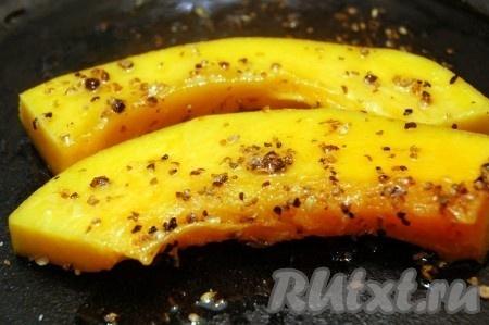 Нарежем тыкву тонкими ломтиками, смешаем любимые специи с растительным маслом и в этой смеси оставим тыкву на 5-10 минут.