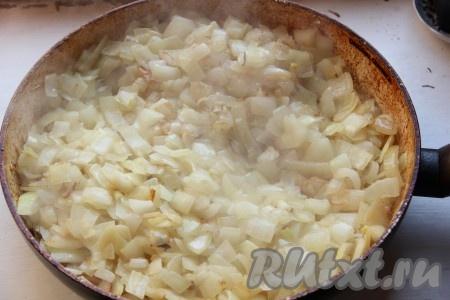 Лук измельчить и обжарить на сковороде с добавлением растительного масла до золотистого цвета.