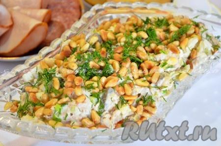 Выложитьсалат с кедровыми орешками, курицей и грибами в салатник, посыпать зеленью для красоты и оставшимися орехами. Убрать в холодильник до подачи. Вкусный, питательный салатик готов.