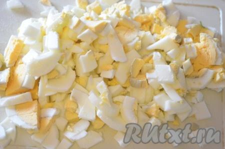 Вареные яйца порезать кубиками.