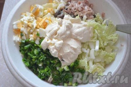В миску сложить курицу, грибы с луком предварительно остудить), яйца, капусту, 1/3 нормы кедровых орешков и порезанную зелень. Посолить и поперчить по вкусу, заправить сметаной или майонезом.