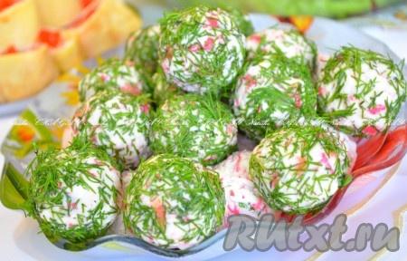 Выложить красиво нашисырные шарики с крабовыми палочками на блюдо и можно сразу подавать на стол. Вкусно, рекомендую!{amp}#xA;