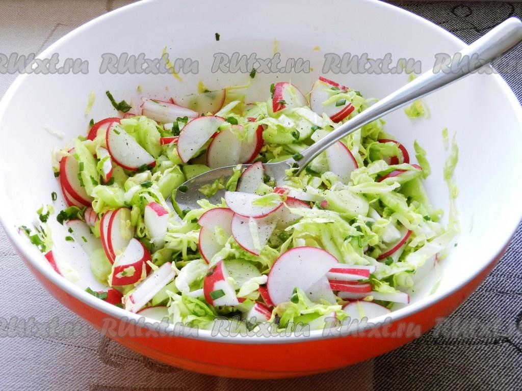 Чем заправлять салат с огурцом и капустой