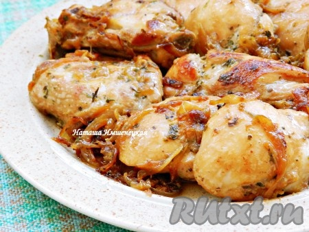 Куриные бедра, пожаренные на сковороде, получаются сочными и вкусными.