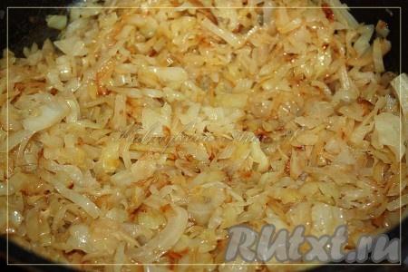 Для приготовления начинки нашинковать капусту и потушить на сковороде с разогретым растительным маслом до готовности.