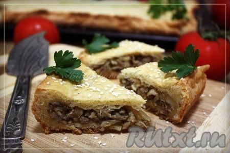 Сытный, вкусный пирог с капустой и мясом готов.