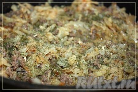 Тушеную капусту соединить с фаршем, добавить специи и соль.