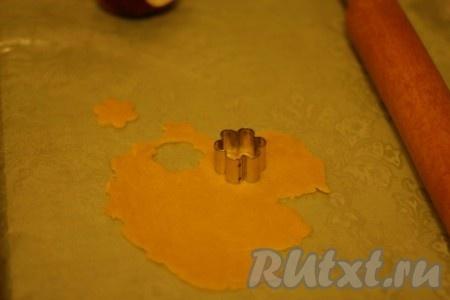 Из остатков формочкой вырезаем цветочки для украшения пирога.