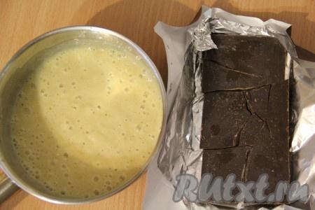 Бананы очистить и размять в пюре с помощью погружного блендера. Выложить банановое пюре в кастрюлю. Добавить в банановое пюре сахар и апельсиновый сок. Я выжала сок из апельсина. Шоколад разломать на кусочки.