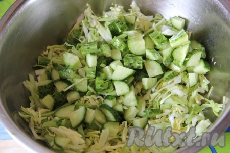 Свежий огурец нарезать кубиками и добавить к капусте.