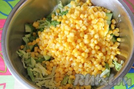С кукурузы слить сок, добавить ее в миску.