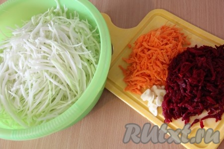 Капусту тонко нашинковать. Морковь и свёклу почистить и натереть на крупной тёрке. Чеснок почистить и нарезать на тонкие лепестки.