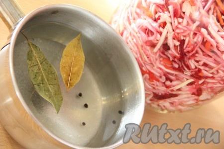 Приготовить маринад: воду влить в кастрюлю, добавить сахар, соль, лавровый лист и перец. Поставить кастрюлю на огонь и довести до кипения.