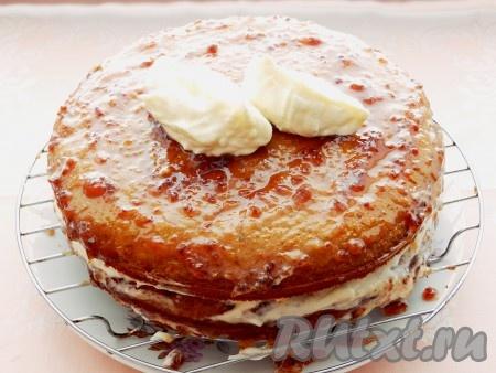 Уложить второй корж смазать его вареньем и обмазать кремом торт со всех сторон.