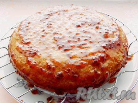 Нижний корж торта смазать вареньем.