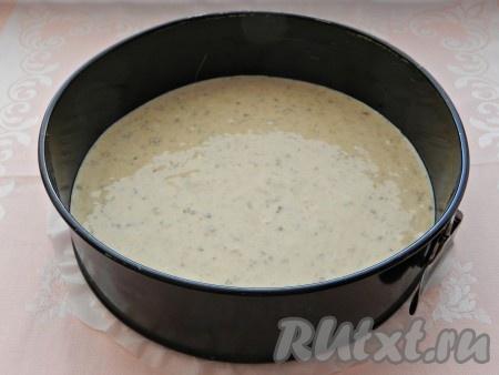 Форму для выпечки смазать растительным маслом. Вылить половину теста и поставить в разогретую до 180 градусов духовку на 25 минут.