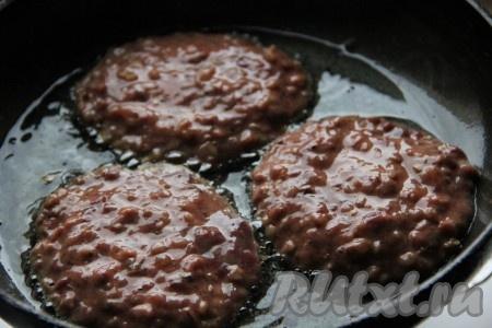На сковороде разогреть растительное масло. С помощью ложки выкладывать тесто на сковороду и обжаривать с двух сторон до золотистой корочки.