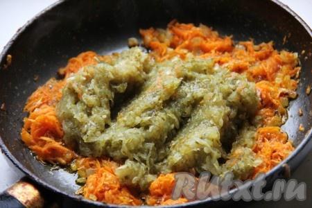 Огурцы натереть на мелкой терке, отжать от сока и добавить в сковороду к овощам. Потушить, помешивая, в сковороде, пока не выпарится лишняя жидкость.