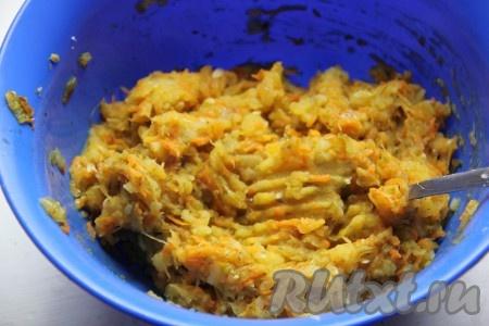 Снять зажарку с огня и добавить к ней толченый картофель. Всеперемешать, добавить черный перец и соль по вкусу.