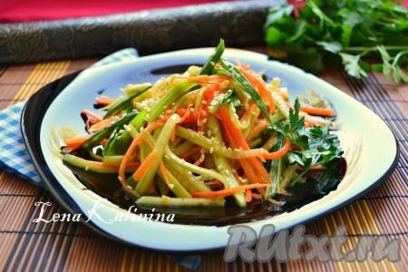 Влить растительное масло, досолить салатик по вкусу, перемешать. Дать настояться вкуснейшему салату с корейской морковью и свежим огурцом в холодильнике 10-15 минут, выложить на тарелку горкой, посыпать кунжутом и сразу же подать к столу.