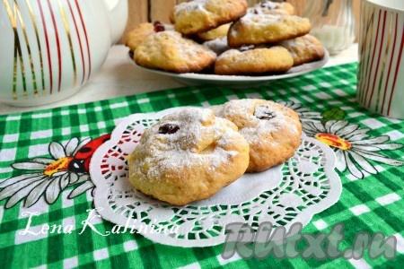 Выпекать необычайно вкусное печенье из творога и маргарина в предварительно разогретой до 180-200 градусов духовке 15-20 минут (до румяного цвета). Готовое творожное печенье остудить и посыпать сахарной пудрой. Подать к чаю.