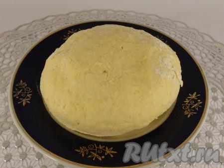 Далее всыпать частями просеянную с разрыхлителем муку, постепенно замешивая тесто. Муки может понадобиться больше или меньше. Тесто должно быть мягким, но не липким.