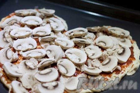 выложите куриное филе,  затем грибы.