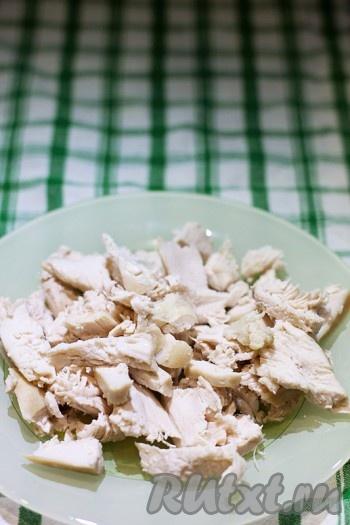 куриное филе разделите на волокна или нарежьте кубиками.