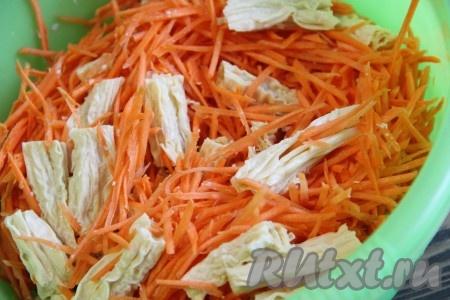 Очищенную морковь нарезать соломкой или натереть на тёрке для корейской моркови. В глубокую миску выложить морковь, соевую спаржу и перемешать.