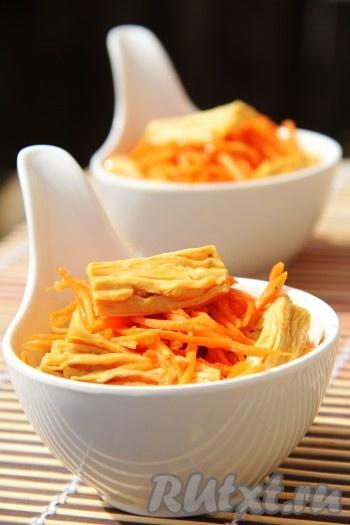 Вкусная, пикантная соевая спаржа по-корейски готова. Хранить эту холодную закуску нужно в холодильнике.