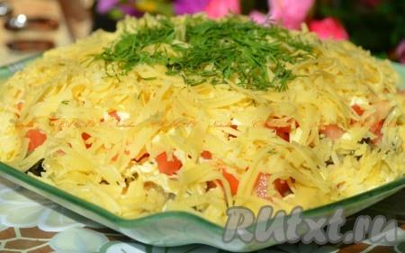 Украшаем зеленью и убираем в холод для пропитки. Вкусный салат с курицей, грибами, помидорами и сыром готов.