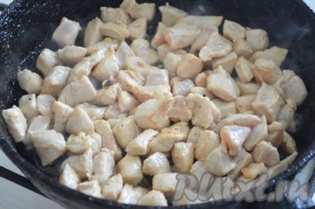 Налив на сковороду немного масла, обжарить мясо до готовности. Убрать со сковороды на тарелку. Остудить.