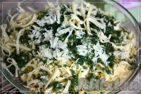 Зелень и чеснок измельчить, сыр натереть на крупной терке, всё перемешать.