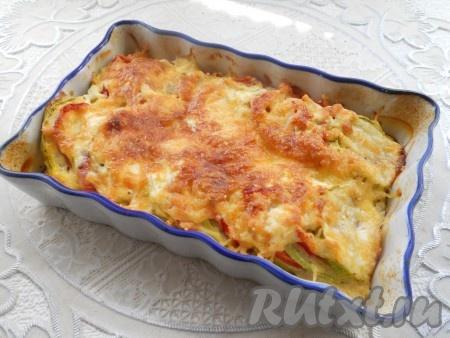Кабачки с помидорами, перцем и сыром запекать в предварительно разогретой до 180 градусов духовке в течение 30-35 минут.