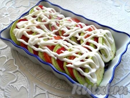 Овощи посолить, посыпать специями (травками) и черным молотым перцем, смазать сметаной.