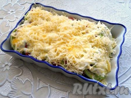 Сверху посыпать овощи сыром, натёртым на мелкой терке, и залить молочно-яичной смесью.