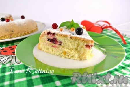 Вкуснейший и нежнейший пирог с замороженными ягодами, приготовленный в мультиварке, порезать на части и подать к чаю.