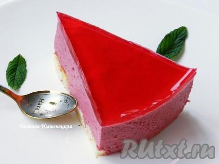 Вкусный и нежный торт без выпечки с желе готов.