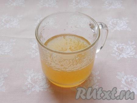 Желатин развести в 100 мл воды комнатной температуры. Оставить на 5 минут, затем подогреть на водяной бане до полного растворения желатина.