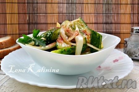 Поместить вкуснейший китайский салат из огурцов в холодильник, накрыв посуду пищевой пленкой, минимум на 1 час. После этого выложить в салатник и подать к столу.