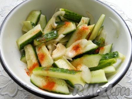 Посыпать салат красным молотым перцем и добавить сахар. Перемешать.