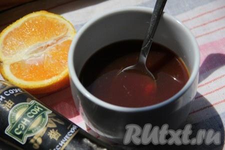 Отдельно в миске для приготовления апельсинового соуса смешать апельсиновый сок, томатную пасту, соевый соус, перец и сахар.