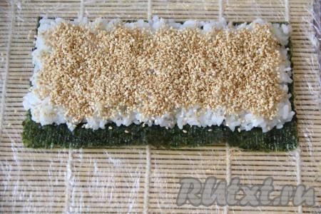 Щедро посыпать рис кунжутом.