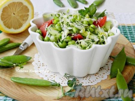 Вкусный и сочный салат из капусты с зеленым горошком готов.